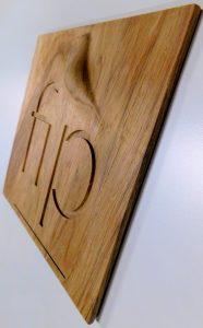 houten tegel met bedrijfsnaam en 3D gefreesd logo